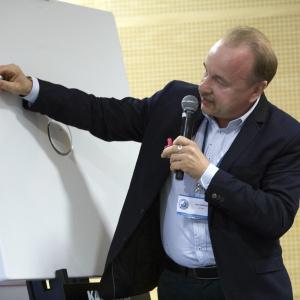 Jak trwały i łatwy do czyszczenia jest brodzik ze stali emaliowanej, prezentuje Dariusz Siekierzyński z firmy Kaldewei.