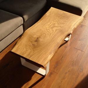Stolik kawowy wykonany z jednego kawałka drewna to oryginalny mebel i ozdoba salonu. Fot. Trebord.