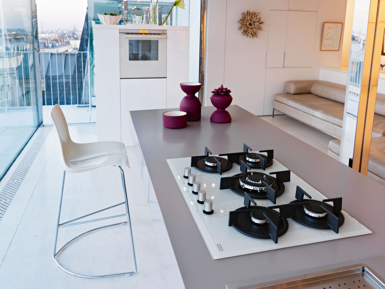 Systemy kuchenne Franke zaprojektowane zostały z myślą o osobach, które poszukują kompletnych rozwiązań. Na zdjęciu: piekarnik Crystal White CR 912 M WH DCT 60+ i płyta Crystal FHCR 705 4G TC WH C. Fot. Franke.
