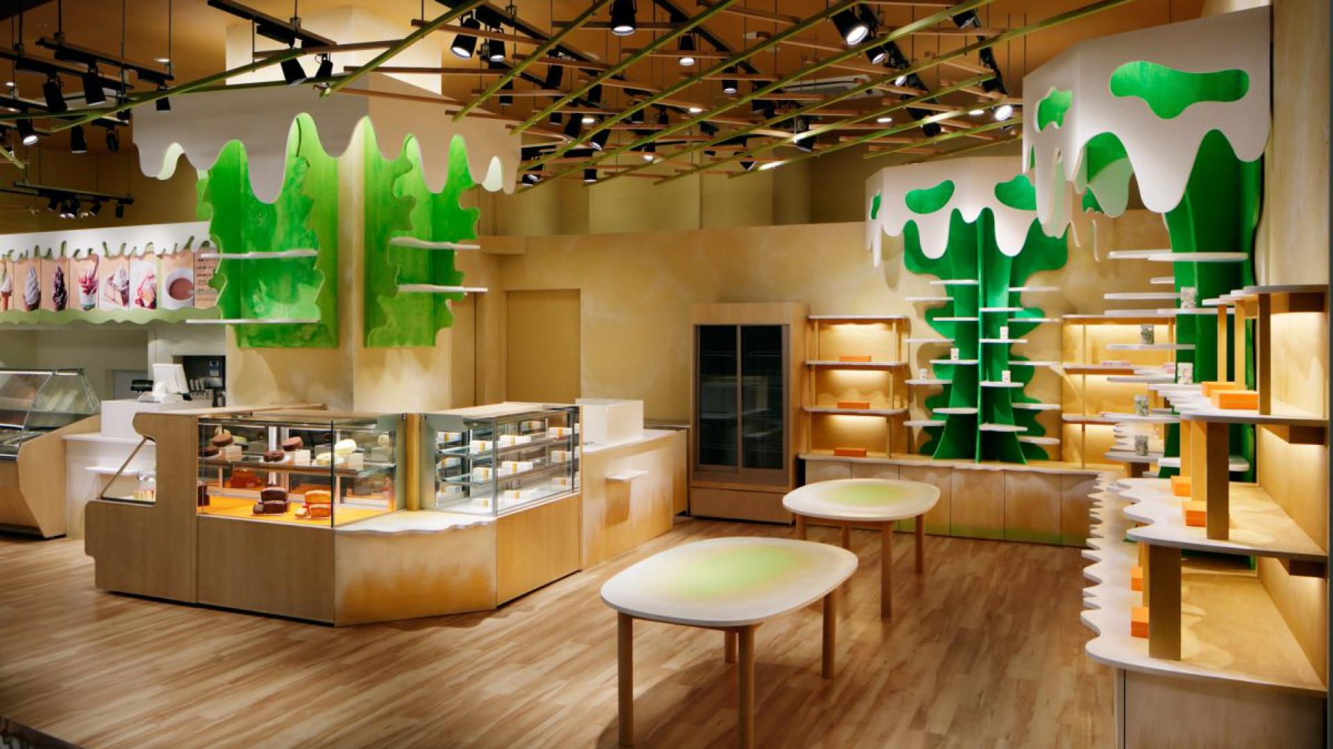 Uwagę klientów sklepu zwracają niesymetrycznie rozmieszczone konstrukcje imitujące drzewa, z których… kapie mleko. Fot. Architects Moriyuki Ochiai