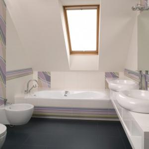 To łazienka na poddaszu zaprojektowana dla rodzeństwa - siostry i brata. Projekt: Kinga Śliwa. Fot. Bartosz Jarosz.
