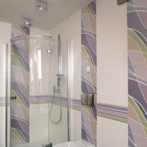 Wnętrze jest na tyle duże, że bez problemu zmieściły się tu nie tylko dwie umywalki, ale także wanna i prysznic. Projekt: Kinga Śliwa. Fot. Bartosz Jarosz.