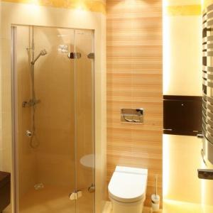 Prysznic w łazience to wygodne rozwiązanie, gdy dzieci się już nieco większe. Projekt: Kinga Śliwa. Fot. Bartosz Jarosz.