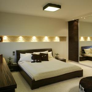 Wnęka w ścianie nad łóżkiem może być dobrym miejscem do przechowywania drobiazgów. Odpowiednio oświetlona od wewnątrz, wprowadzi również do wnętrza przytulny nastrój. Projekt: Katarzyna Mikulska-Sękalska. Fot. Bartosz Jarosz.