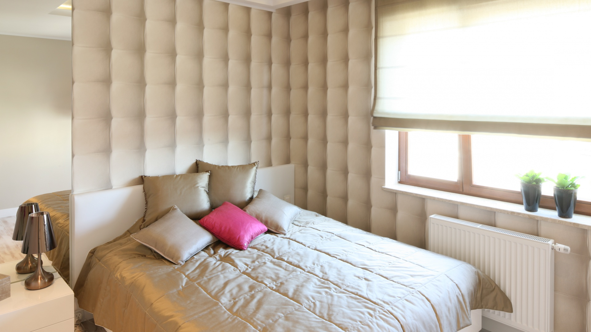 Ściany w sypialni nie muszą być nudne. Tapeta z nietypowym wzorem ożywi aranżację. W tym wnętrzu postawiono na tapetę, która przypomina pikowaną tkaninę. Projekt: Karolina Łuczyńska Fot. Bartosz Jarosz.