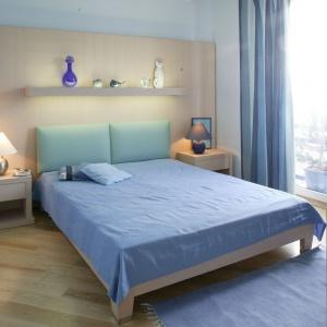 Zagłówek łóżka z najmodniejszym kolorze roku Serenity będzie designerskim dodatkiem w sypialni. Projekt: Małgorzata Szajbel-Żukowska, Maria Żychiewicz. Fot. Marcin Onufryjuk