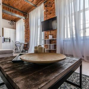 W wnętrzu odnajdziemy liczne elementy w stylu loft. Najbardziej reprezentacyjna wydaje się jednak ściana z cegły. Fot. Nowa Papiernia.