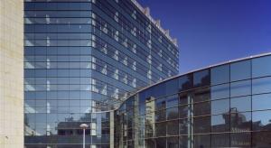 Nowoczesne szklane obiekty polskich uczelni wyższych coraz szybciej zastępują poszarzałe budynki, oferując nie tylko nowoczesne wyposażenie, ale przede wszystkim jasne, designerskie przestrzenie, sprzyjające nauce i pracy twórczej. Projektowane we