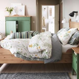 Kolekcja Hurdal. Wysoki zagłówek łóżka sprawia, że pomieszczenie wydaje się wyższe. To także ciekawy element dekoracyjny. Fot. IKEA.