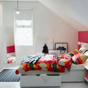 Białe meble w połysku to świetne rozwiązanie do niewielkich pomieszczeń. Łóżko dostępne w ranach kolekcji Malm posiada  dodatkową, wysuwaną spod łóżka szufladę. Fot. IKEA.