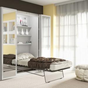 Tanger to szafa i łóżko w jednym. Łóżko można łatwo złożyć i schować do wnętrza mebla. Fot. FM Bravo.