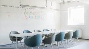 Olin to nowa propozycja marki Marbet Style. Kolekcja została zaprojektowana przez najbardziej znanych projektantów młodego pokolenia – Maję Ganszyniec i Krystiana Kowalskiego.Olin to rodzina foteli kubełkowych formą nawiązująca do ikon światowe