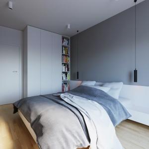 W sypialni króluje szarość, zaznaczona mocno zwłaszcza w strefie wezgłowia łóżka. Na jej tle odznacza się biały zagłówek. Projekt i wizualizacje: 081 Architekci.