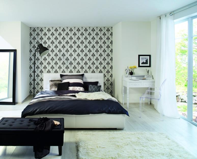 Tapeta w żywe graficzne wzory sprawiła, że wnętrze nabrało cieplejszego wyglądu. Biało-czarny wzór łagodzi minimalistyczny charakter mebli. Tapeta Gentle Elegance. Fot. Rasch.
