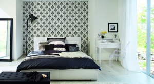 Tapeta to najlepszy sposób na urozmaicenie aranżacji sypialni. Ściana wykończona tapetą wyznacza charakter wnętrza oraz nadaje mu charakterystyczny szlif.