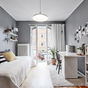 Jedna z sypialni swobodnie może być również niewielkim salonikiem lub przestrzenią do pracy. Ma bezpośredni dostęp do balkonu, który pięknie rozświetla wnętrze. Fot. Vastanhem.se.