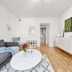 Eleganckie wnętrze: białe mieszkanie ożywione kolorem