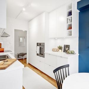 Kuchnia stanowi oddzielne pomieszczenie. Zabudowa na dwie ściany zapewnia komfortowe użytkowanie wnętrza. Fot. Vastanhem.se.