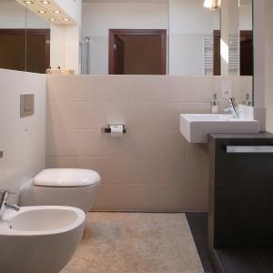 Niewielka łazienka w spokojnych beżach. Powierzchnia: około 6 m². Projekt: Daria Zaremba. Fot. Tomasz Markowski.