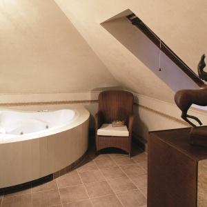 Beżowa łazienka na poddaszu. Powierzchnia: około 9 m². Projekt: Katarzyna Koszałka. Fot. Bartosz Jarosz.