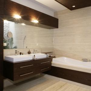 Elegancka łazienka w beżowym kamieniu i drewnie. Powierzchnia: około 9 m². Projekt: Katarzyna Mikulska-Sękalska. Fot. Bartosz Jarosz.