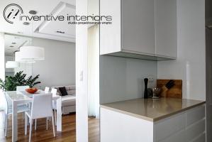 Otwarta biała kuchnia
