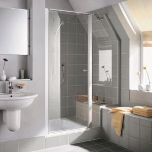 Można je dopasować do wymiarów łazienki, np. wykonać skos lub wycięcie na siedzisko - drzwi wnękowe Ibiza firmy Kermi. Fot. Kermi.