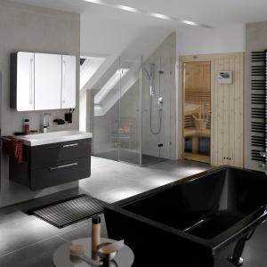 Zabudowa prysznicowa pod skosem - łazienka z powierzchnią prysznicową firmy Kaldewei. Fot. Kaldewei.