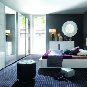 Duży wybór wybarwień oraz możliwość wyposażenia szaf Colin w dodatkowe półki i wieszaki pozwala optymalnie zorganizować garderobę oraz dopasować do wystroju wnętrza. Fot. Black Red White.