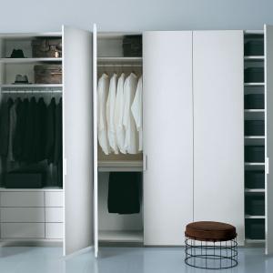 Szafa Battente z klasycznymi drzwiami wykończonymi błyszczącym lakierem. Modułowa konstrukcja: wyposażenie wewnętrzne, a także rozmiar i rodzaj wykończenia dobierane indywidualnie. Fot. Porro.