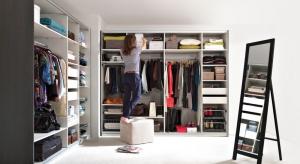 Wygodna szafa nie tylko pozwoli utrzymać porządek w sypialni, ale także zapewni sprawne funkcjonowanie na co dzień.
