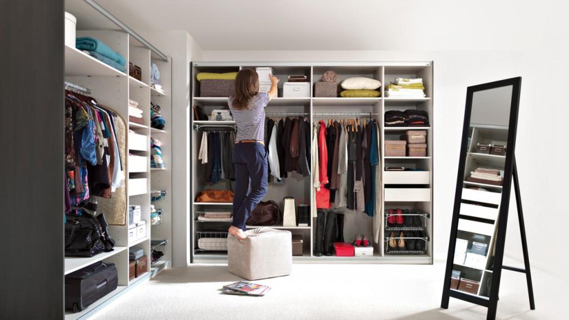 Wybierając szafę warto zwrócić uwagę na górną półkę. Pozwala ona na przechowywanie sezonowej odzieży, której w danym momencie nie nosimy. Na zdjęciu: szafa Kamix. Fot. BRW.