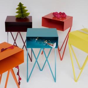 Kolorowe szafki Mini Robot. Jeśli po obu stronach łóżka ustawimy szafki w różnym kolorze, wnętrze sypialni stanie się bardzo oryginalne. Fot. &New.
