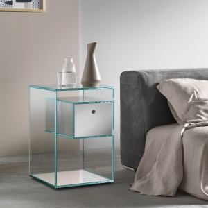 Stolik Tonelli Liber Tall jest przeźroczysty. Ze względu na swój lekki wygląd świetnie sprawdzi się małej sypialni. Fot. Go Modern Furniture.