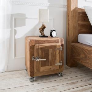 Szafka Nachttisch wykonana jest z naturalnego drewna. Uwagę przyciągają oryginalne uchwyty oraz okucia. Fot. Delife.