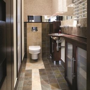 Mała łazienka z wąską zabudową przy ścianie. Powierzchnia: około 3 m². Projekt: Maciej Bołtruczyk. Fot. Bartosz Jarosz.