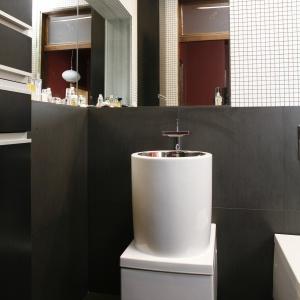 Małą łazienkę powiększają równoległe lustra. Powierzchnia: około 3 m². Projekt: Anna Kasprzycka. Fot. Bartosz Jarosz.
