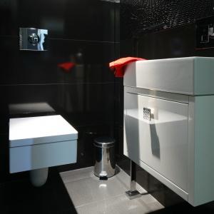 Toaleta dla gości w czarnym kolorze. Powierzchnia: około 3 m². Projekt: Łukasz Sałek. Fot. Bartosz Jarosz.