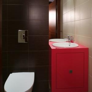 Toaleta dla gości z malinową szafką. Powierzchnia: około 3 m². Projekt: Piotr Gierałtowski. Fot. Bartosz Jarosz.