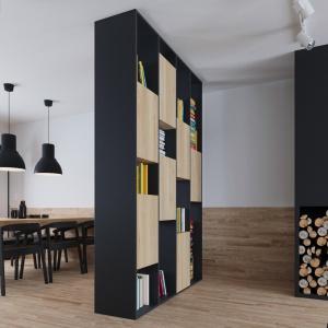 Nad stołem jadalnianym zawisły dwie loftowe lampy w czarnych, satynowych kloszach, które kolorem i fakturą harmonizują z frontami górnej zabudowy kuchennej i materiałem z jakiego wykonano krzesła. Projekt i wizualizacje: 081 Architekci.