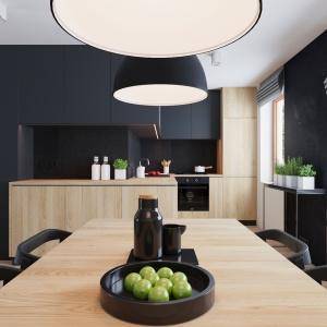 Konsekwentnie do kształtu pomieszczenia, kuchnia zajęła miejsce w niewielkiej wnęce. Aby jednak powiększyć obszar zabudowy kuchennej i rozszerzyć powierzchnię roboczą, meble zostały poprowadzone wzdłuż ściany wychodzącej na korytarz. Za sprawą tego zabiego osiągnięto ciekawy efekt wizualny. Projekt i wizualizacje: 081 Architekci.
