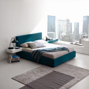 Biała szafka idealnie komponuje się z łóżkiem tapicerowanym. Łagodzi nieco intensywną w kolorze tkaninę obiciową oraz nadaje wnętrzu nowoczesny charakter. Fot. Presotto.