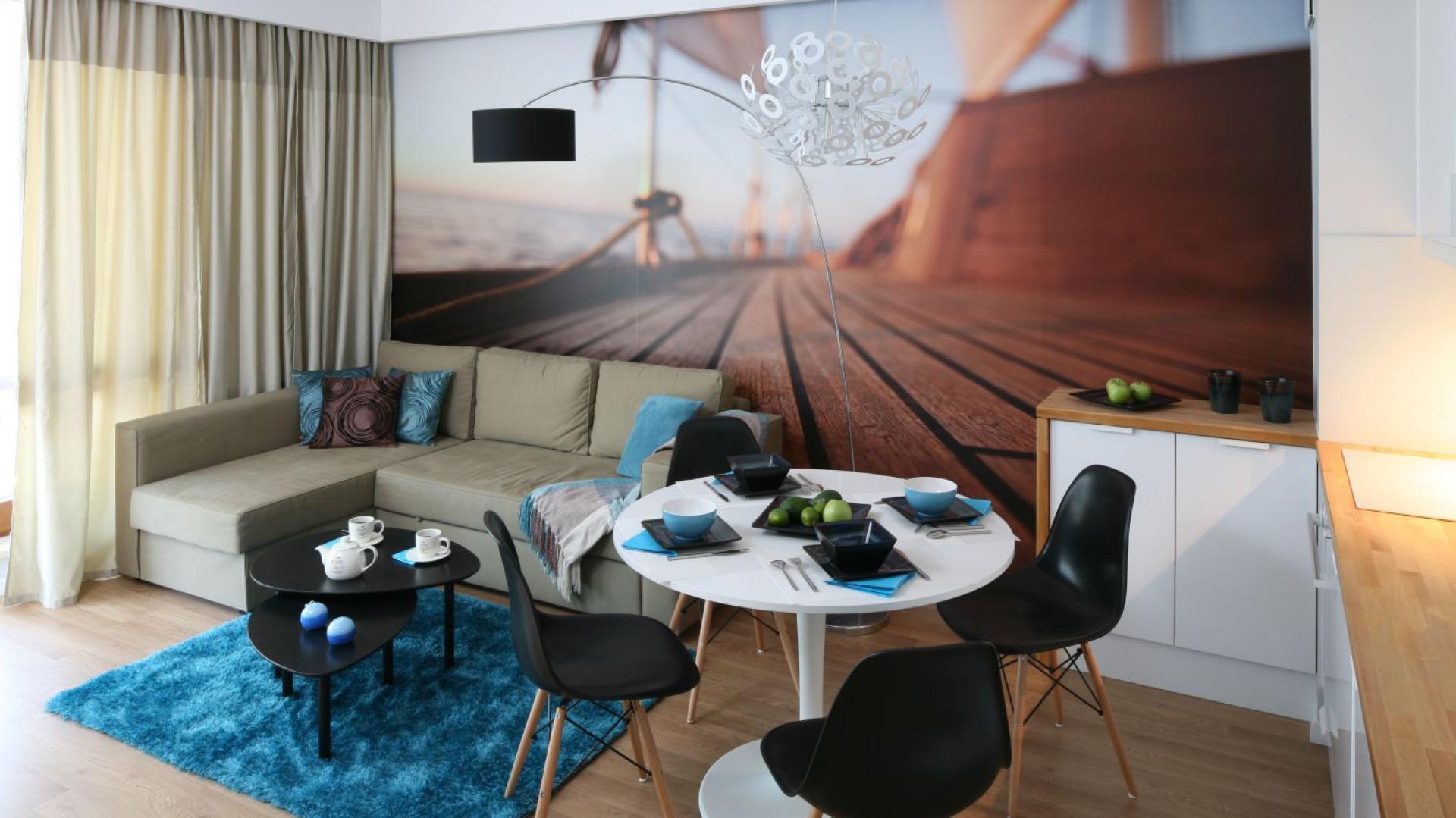 Niewielki salon został połączony z aneksem kuchennym tak, iż wygospodarowano tu miejsce także na minijadalnię. Projekt: Anna Maria Sokołowska. Fot. Bartosz Jarosz.