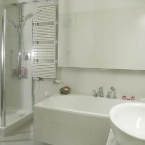 Jasna łazienka w kobiecym stylu - tylko biel i kilka kolorowych dodatków. Projekt: Katarzyna Krochmal. Fot. Bartosz Jarosz.