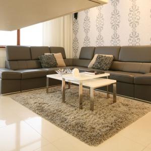 Niewielki salonik to puchaty dywan, dwuelementowy stolik kawowy oraz duży, komfortowy narożnik. Projekt: Małgorzata Galewska. Fot. Bartosz Jarosz.