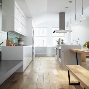 Naturalne dębowe deski barwione w kolorze Alabastro wprowadzają do kuchni skandynawski chłód i elegancję. Fot. Jawor Parkiet.