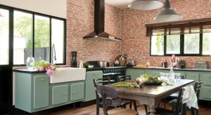 Styl retro w kuchni to rozwiązanie dla wszystkich zwolenników wnętrz z duszą. W kuchni stworzą go frezowane meble, dekoracyjne dodatki oraz stylizowany sprzęt AGD.