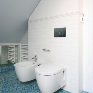 Płytki jak cegły sprawiają, że łazienka jest przytulna i ponadczasowa. Fot. Bartosz Jarosz.