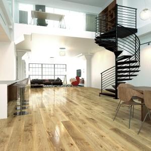 Ponad dwumetrowa, gotowa deska FertigDeska Luxury wykonana z najwyższej jakości drewna dębowego. Duża powierzchnia poszczególnych elementów podłogi podkreśla naturalny rysunek drewna. Natomiast dzięki warstwowej konstrukcji deska jest szczególnie odporna na odkształcenia oraz można ją stosować na ogrzewaniu podłogowym. Fot. Jawor-Parkiet.
