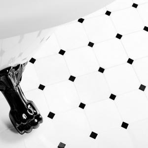 Tylko biel i czerń w stylowym zestawieniu - płytki Black&White firmy Dunin. Fot. Dunin.